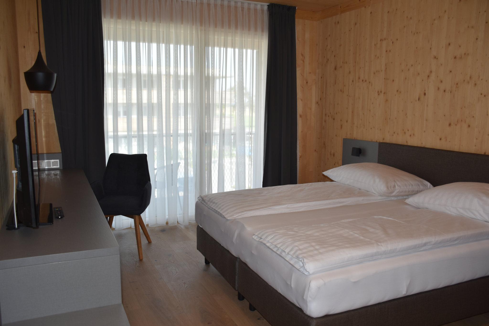 Zweibettzimmmer-mit-Fernseher